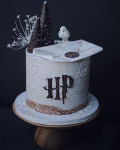 Harry Potter Desserts, Bolo Harry Potter, Gateau Harry Potter, Harry Potter Birthday Cake, Harry Potter Food, Harry Potter Theme Cake, Bolo Do Paw Patrol, Paw Patrol Cake, Harry Potter Cookie Cutter