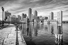 Zwart-wit foto van de skyline van een stad