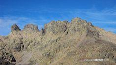 (Izqda. a dcha). Ameal, Risco Moreno. Punta Esperanza, cresta portilla y pico del Cerro de los Huertos. Delante del pico del Cerro de los Huertos, hacia la izquierda, baja la canal por dónde iremos a la laguna