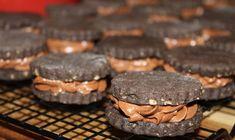 Sušenky z lískových oříšků, kvalitního kakaa a s chutí vanilky. Krém z nutelly, malin a kvalitní čokolády. Mňamka! Nutella, Muffin, Cookies, Chocolate, Breakfast, Food, Crack Crackers, Morning Coffee, Biscuits
