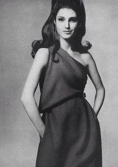 Benedetta Barzini // Vogue (US) April 1967 --- Photo : Penati