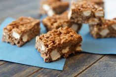 Chocolate Peanutbutter Avalanche Bars There's no resisting these crispy no-bake bars! Made with KRAFT Peanut Butter with Chocolate, white chocolate, crispy rice cereal, mini marshmallows and peanuts – a divine combination. Chocolate Peanuts, Chocolate Peanut Butter, White Chocolate, Vegan Protein Bars, Protein Cake, High Protein, Almond Crusted Chicken, No Bake Treats, Cereal Treats