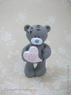 me to you bear out of polymer clay (FIMO) Polymer Clay Figures, Polymer Clay Animals, Fimo Clay, Polymer Clay Projects, Polymer Clay Charms, Polymer Clay Creations, Clay Crafts, Tatty Teddy, Teddy Bear