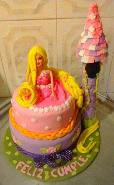 Rapunzel en todo su esplendor con su largo cabello cubriendo este hermoso ponqué de vainilla con chips de chocolate relleno de fresas caramelizadas! Rapunzel, Birthday Cake, Desserts, Food, Stuffed Strawberries, Chocolate Chips, Hair, Tailgate Desserts, Deserts