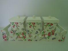 Lindo kit para bebê branco floral acompanha bandeja e três potes de higiene, simplesmente um luxo! dimensões dos potes:  * largura: 9,00 *altura: 10,00 *comprimento: 9,00 R$140,00