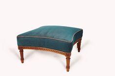 Footstool#1.0_Pic1   Antiker Pouf mit Bezug im Herringbone Muster, petrol.  Zugehörig zu dem Armchair#1.0 in selbiger Herringbone Aufmachung.