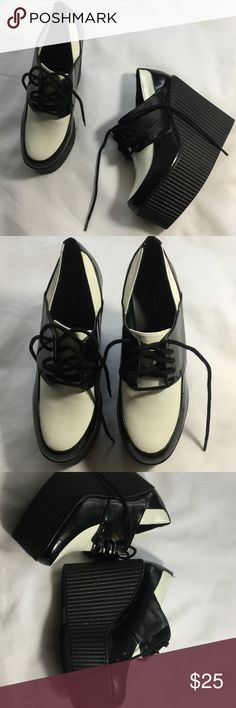 Black and White Creeper shoes 👠 These shoes are so cute they are in good condition, bundle 4 items and receive 20% off your purchase Forever 21 Shoes Platforms