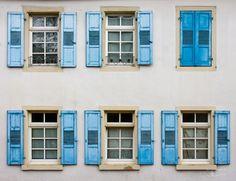 Várias janelas em Rüdesheim am Rhein, cidade do estado de Hesse, Alemanha. Fotografia: Christian Twehues.