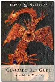 Olvidado Rey Gudú fue un libro que me sorprendió gratamente, pues no esperaba un libro de fantasía tan especial, tan diferente. Quizá debiera clasificarse como fantasía épica, pero su aire poético hace que me cueste catalogarla de este modo.