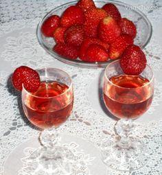Jahodový likér (fotorecept) Alcoholic Drinks, Beverages, Panna Cotta, Food And Drink, Ethnic Recipes, Glass, Top, Strawberries, Simple