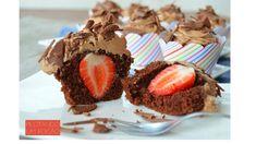 Se você já é fã de cupcakes de chocolate precisa provar esses que ainda vem recheados com morangos. É fácil fazer! Experimente!!!