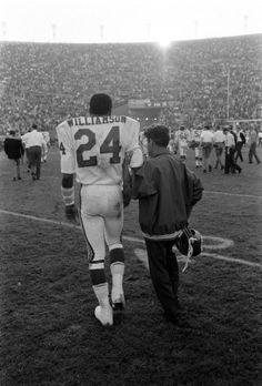 """Photos from the first Super Bowl – ever. Not originally published in LIFE. Fred """"The Hammer"""" Williamson led from the field at the end of the first Super Bowl, Williamson broke his arm during the. Nfl Championships, One Championship, Fred Williamson, Super Bowl I, Nfl Football Players, Football Moms, Chiefs Football, Bart Starr, American Football League"""