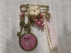"""Broche romantique cabochon """"love"""", perles, dentelle, ruban et fleur : Broche par creareves"""