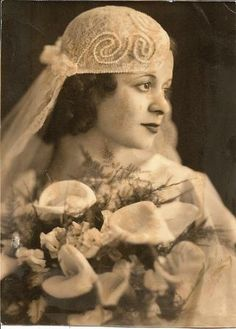 Beautiful 1920s bride with a pretty headpiece.