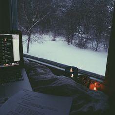 La neige apaise tout, on dirait qu'elle porte en elle le silence ou, plutôt, que dans l'espace qui sépare deux flocons, entre les flocons, il y a le silence.