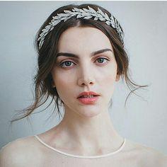 Stunning photo and headpiece from @jenniferbehr #weddinginspiration #weddinghair #weddingaccessories
