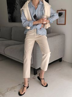 Minimalist style is universally chic. Here's how to nail minimalist style in Spring Hint: It involves athleisure looks. Use these tips to plan your minimalist summer outfits. Classic Outfits, Chic Outfits, Fashion Outfits, Womens Fashion, Fashion Top, Fashion 2018, Petite Fashion, Cheap Fashion, French Fashion