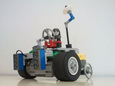 """Manchmal ist man auch im Fernstudium """"richtig"""" an der Hochschule und arbeitet praktisch - und dann kommen solche Modelle wie dieser Roboter dabei heraus (Einührungsveranstaltung zum  Maschinenbau-Fernstudium an der Wilhelm Büchner Hochschule)."""