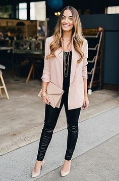 Love the blazer and all black look without leather. Cute casual chic blazer outfits for work spring & summer 2017 1 Blazer Outfits For Women, Blazers For Women, Cute Blazers, Pink Blazers, Blazers Roses, Semi Formal Outfits For Women, Ladies Blazers, Casual Chic Outfits, Casual Blazer Women