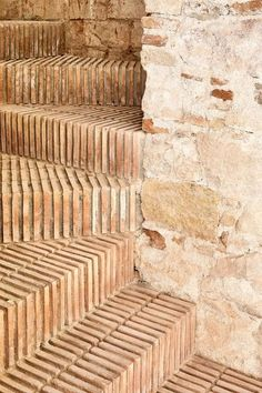 Sublime renovation for this triplex in Barcelonne - Journal du Design - bare brick staircase. Detail Architecture, Brick Architecture, Contemporary Architecture, Interior Architecture, Ancient Greek Architecture, Contemporary Interior, Interior Stairs, Interior And Exterior, Brick Interior