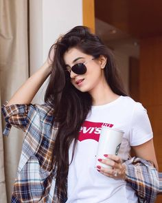 Messy hair, shades & coffee - I guess I'm ready for Monday! Stylish Girl Images, Stylish Girl Pic, Friend Poses Photography, Business Professional Outfits, Simple Kurti Designs, Girl Photo Shoots, Beautiful Girl Photo, Muslim Women, Girl Poses
