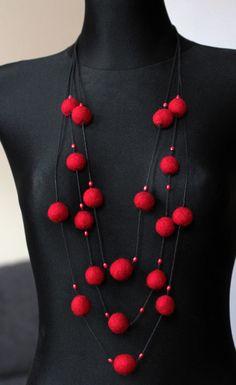 Cadenas y collares - El collar de bolitas de fieltro. - hecho a mano por LadyJim en DaWanda