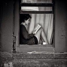Black and White Photos ( Guardado por MAVI ) Girl at window reading. I Love Books, Good Books, Books To Read, Woman Reading, Reading Time, Reading People, Reading Nook, Girl Reading Book, Reading Art