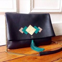 Sac en cuir noir motif graphique or-taupe-vert / pompon cuir chaine en laiton