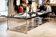 philpark tarragona ©pptinteriorismo #tarragona #reformas #hangingtable #interiorismo #designstore #retail #shop #fashion #papelpintado #pared #clothes #jeans #hormigonpulido #microcemento #birds #wallpaper #flowers #lamps #lights #luces #lampara #industrial #vintage #shoes #zapatos #bambas #sportshoes #mochila #estilismo #pptinteriorismo #trends #blogger #pptstyle