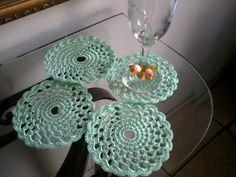 porta-copo de crochê linha sintética na cor verde água