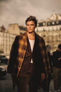 The Best Street Style From Paris Fashion Week Men's – Daily Fashion Men's Street Style Paris, Cool Street Fashion, Parisian Style, Gentleman Mode, Dapper Gentleman, Gentleman Style, Gentleman Jack, Fashion Week Paris, Fashion Weeks