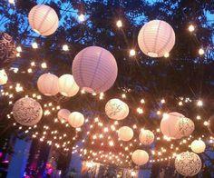 Creëer een mooie sfeer met lampionnen. Ook leuk om er een paar speciale lampionnen met prints tussen te hangen.  Garden with paper lanterns.  Festival wedding, bohemian, boho, vintage  #lampion #decoration #styling #events #weddinginspiration #eventplanner #trouwen #wedding #marriage #christmas #party #feest #garden #gardenwedding @lampionlampionnen.nl  Wedding decoration Huwelijks ideeën Trouwinspiratie Bruiloftsborden