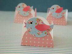 Forminha petit poá rosa com passarinho floral para guardar docinhos.  Qualquer cor e estampa que desejar.  Medida: 3,5cm de base.  Unidade.  Pedido mínimo: 15 unidades