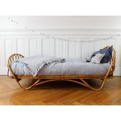 Moon to Moon: Vintage Rattan Toddler Beds. Cane Furniture, Bamboo Furniture, Bedroom Furniture, Furniture Design, Bedroom Decor, Wicker Bedroom, Furniture Ideas, Cama Vintage, Rooms Decoration