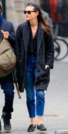 Phoebe Tonkin usa camisa com mom jeans e maxi casaco