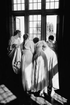 Four women at a window- this reminds me of Pride and Prejudice! By Gérard Uféras Story Inspiration, Writing Inspiration, Character Inspiration, Black White Photos, Black And White Photography, Black Picture, Old Pictures, Old Photos, Famous Photos