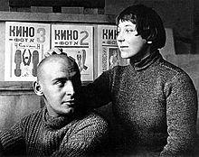 """""""Varvara Stepanova y Alexander Ródchenko"""", h. 1920. En la escuela de Kazan conoce a Rodchenko, su compañero profesional y marido. El dúo Stepanova - Rodchenko representó los ideales igualitarios de independencia, camaradería y éxito profesional en común. Sin embargo, entre las múltiples funciones que ella desempeñó una fue la de escriba de las ideas de Rodchenko; de no haber sido por las notas en su diario, se habrían perdido, al menos las que datan entre 1919 -21. #ProgramaNosotras"""