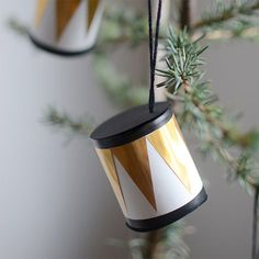 Make your own ornaments for your Christmas tree with old toilet paper rolls. Small drums inspired by the Nutcracker. (in Swedish)