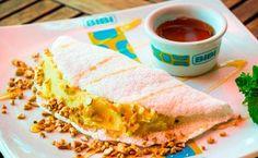 Beiju de tapioca com batata-doce, mel e castanha-de-caju