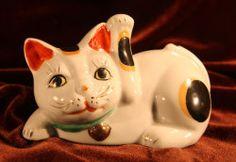 寝ながら招き猫 陶器製 焼き物 【AJ1109】
