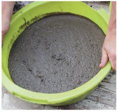 Un grand pot rond en béton pour mon jardin | Prima Secouez la bassine pour chasser les bulles d'air et égaliser la surface.