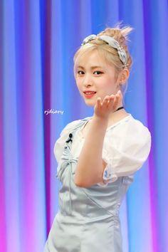 Kpop Girl Groups, Kpop Girls, Thing 1, Good Vibe Songs, Chibi, I Love Girls, Kids Icon, Korean Beauty, K Idols
