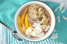 Hafer-Smoothie Bowl mit Mango, Banane, Cashewmus und Kokoschips!