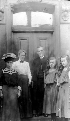 Old photograph of a family from Dundee, Scotland
