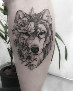 Fine stroke: the tattoo in the Fineline style - Tattoo created by Carla Crisper (carlacrisper) from Mogi das Cruzes. Wolf with flowers in the face. Husky Tattoo, Tattoo Femeninos, Arrow Tattoo, Tattoo Trend, Make Tattoo, Dog Tattoos, Piercing Tattoo, Animal Tattoos, Body Art Tattoos