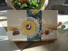 verzierte Pralinenverpackung mit Zierdeckchen-Trio und Papillon Potpourri
