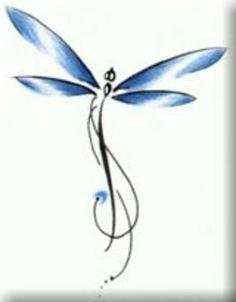 Mudança.Renovação.Crescimento.Medo.Aprendizado. -> Eu !! : A imagem da libélula reluz o poder criativo da imaginação vivendo em uma aura de fantasia.  Diz uma lenda que capturar uma essa criaturas encantada em jarros, copos ou redes, e fazer um pedido ele era atendido assim muitas pessoas decidiram os capturar eternamente em no recipientes de carne. Azul, verde, ou violeta; rosa, prata ou dourado; a libélula se provou uma figura contemplativa para o mundo da arte no corpo.