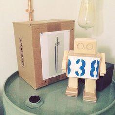 """Deze Rijkswachter is weer herenigd met het kunstwerk wat hij vroeger heeft bewaakt! ❤️ ・・・ #Repost @jeroenkokken. ・・・ De rijkswachter van het """"Zwaard van Jacob Heemskerck"""" - #rijkswachters #fun #design #art #arttoy #rijksmuseum #robot #rijkswachter #upcycle #recycle #reclaimed"""