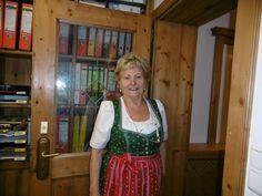 Frau Ladurner Senior an der Hotel Rezeption http://www.preidlhof.it/