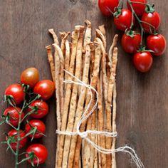 Najlepsze włoskie grissini z suszonymi pomidorami. Chrupiące, z wyraźnym aromatem pomidorów. Idealna przekąska lub przystawka.
